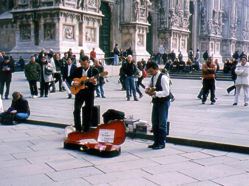 広場での風景。演奏しています。