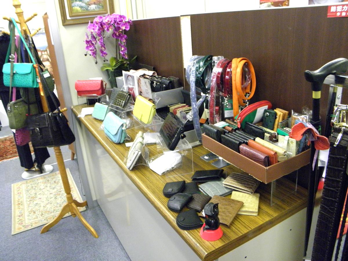 店内にあります財布など小物です。こちらには一部しかございませんが、興味のある方には他にも沢山ご用意いたします。